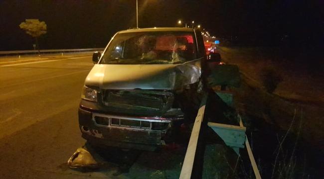 Minibüs aydınlatma direğine çarptı: 8 yaralı