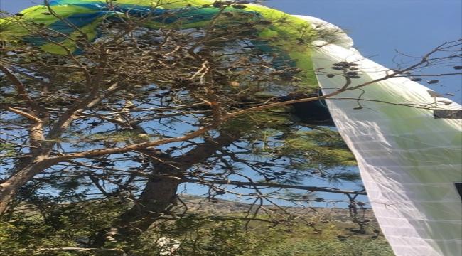 Fethiye'de yamaç paraşütü ağaca dolandığı için mahsur kalan pilot ile birlikte uçtuğu kişi kurtarıldı