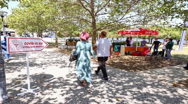 İzmir'de meydanlarda kurulan aşılama noktalarında vatandaşlar hem aşılarını oluyor hem bayramlaşıyor