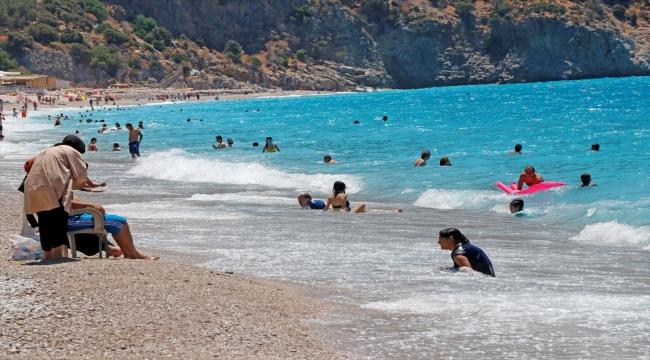 Tatilciler Antalya'nın ünlü Kaputaş Plajı'nda yoğunluk oluşturdu