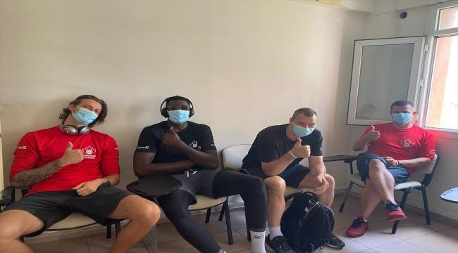 Tokyo Olimpiyatları öncesi İzmir'de kamp yapan Kanada Erkek Voleybol Takımı, Kovid-19 aşısı oldu