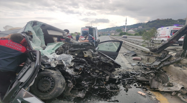Trabzon'da hafif ticari araç yön levhası direğine çarptı: 2 ölü, 4 yaralı