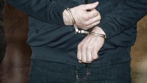 Uyuşturucuyu camdan atarken yakalanan zanlı tutuklandı