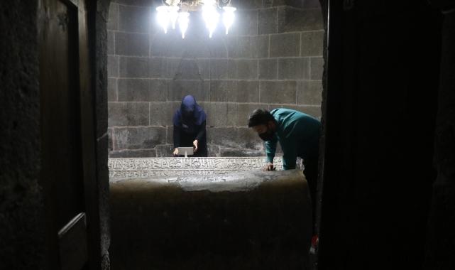 Kayseri'de Mahperi Hunat Hatun Türbesi'nin bakımını yapan fedakar çift