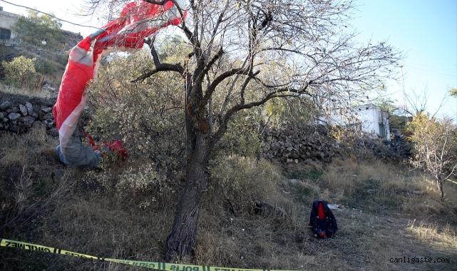 Kayseri'de ağaca düşen yamaç paraşütçüsü hayatını kaybetti